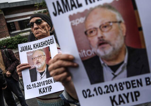 Pessoas protestam perto do consulado da Arábia Saudita em Istambul após o desaparecimento do jornalista Jamal Khashoggi, 9 de outubro de 2018