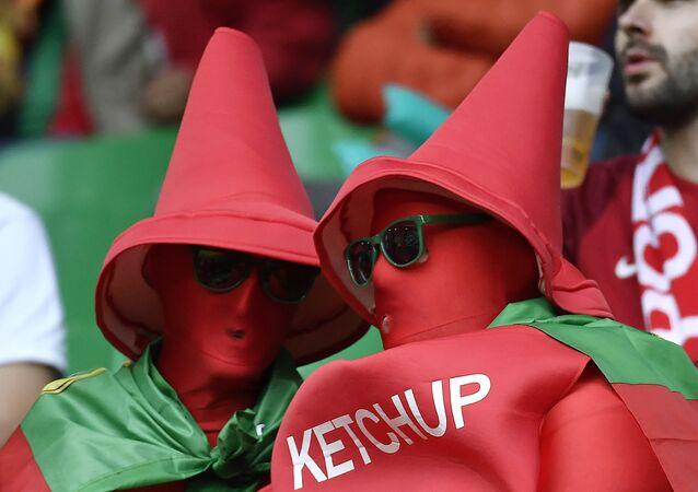 Pessoas fantasiadas de ketchup
