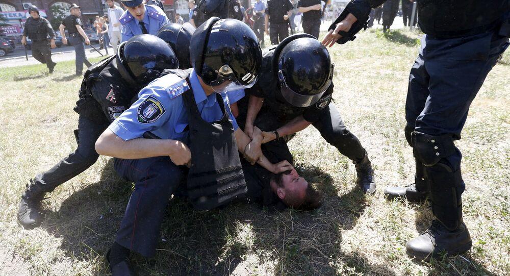 Polícia ucraniana detém manifestante em protesto