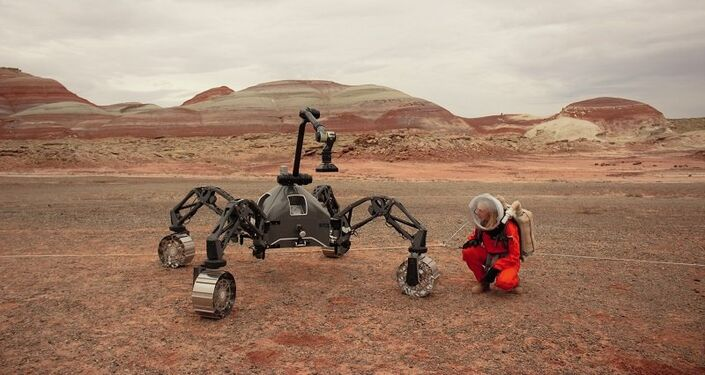 Anastasiya Stepanova perto do rover SherpaTT 3 no deserto de Utah, nos EUA