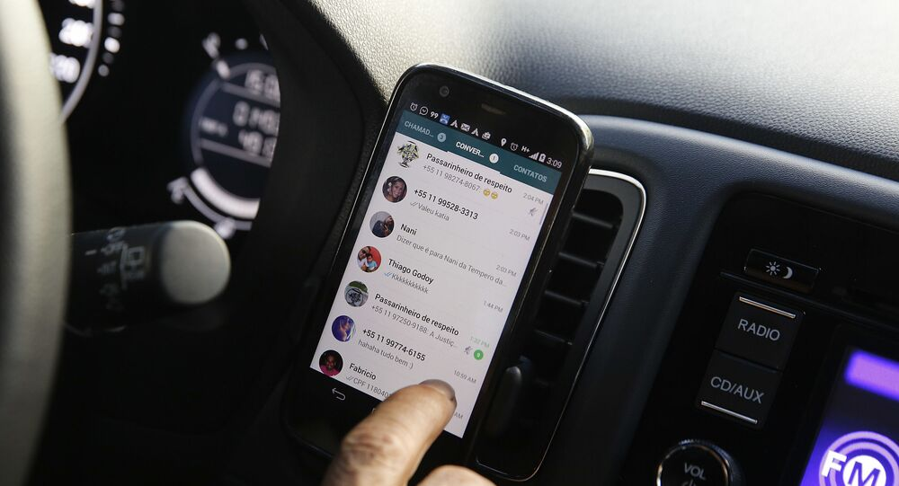Motorista checando WhatsApp (foto referencial)