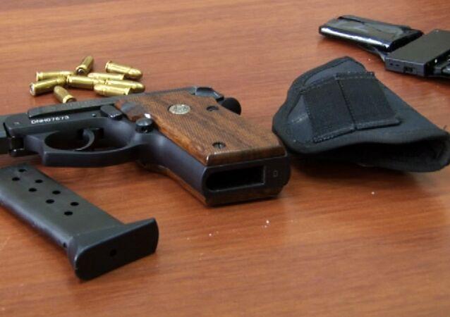Pistola Taurus apreendida do oficial de segurança da Estônia (KAPO) Eston Kohver, que foi detido na região de Pskov, na Rússia.