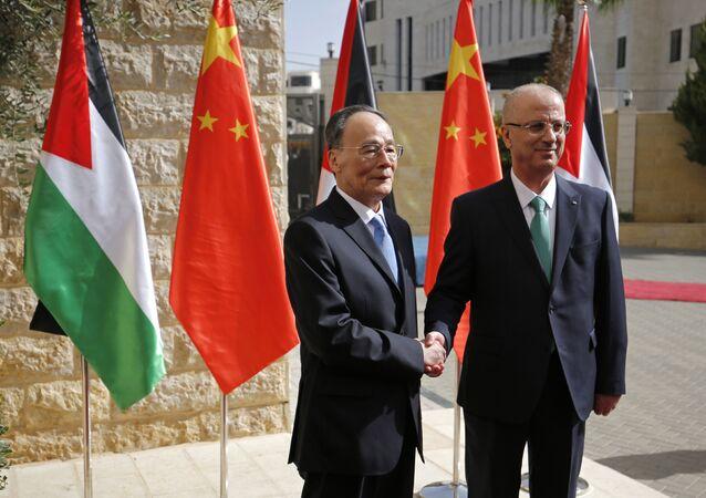 O vice-presidente da China, Wang Qishan, e o primeiro-ministro da Palestina, Rami Hamdallah, em encontro na cidade de Ramallah.