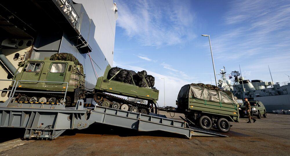 Navio de guerra anfíbio dinamarquês HNLMS Johan de Witt sendo carregado com veículos e material militar antes de participar das manobras da OTAN Trident Juncture 2018