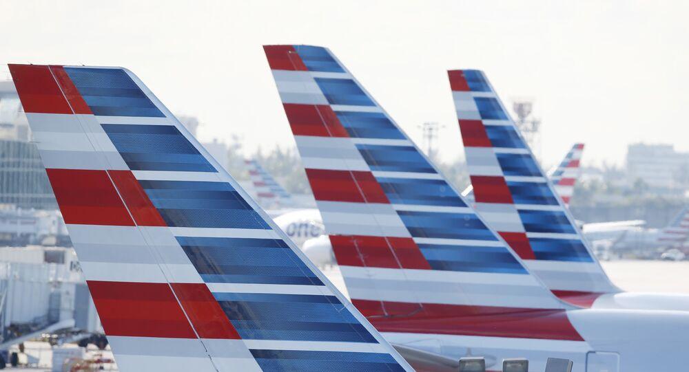 Estabilizadores verticais pintados em jatos da American Airlines estacionados no Aeroporto Internacional de Miami (arquivo)
