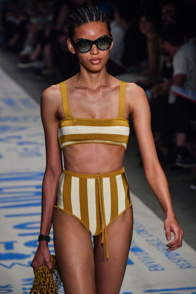 Modelo desfila vestindo peças de Osklen durante São Paulo Fashion Week
