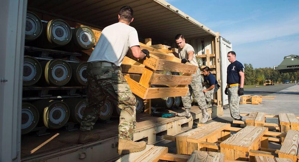 Soldados estadunidenses descarregam munições recém-entregues na base militar de Ramstein (Alemanha)