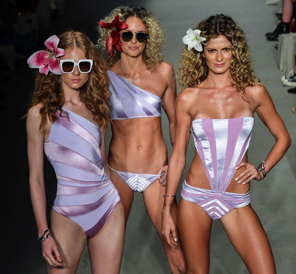 Modelos apresentando maiôs no Fashion Week em São Paulo