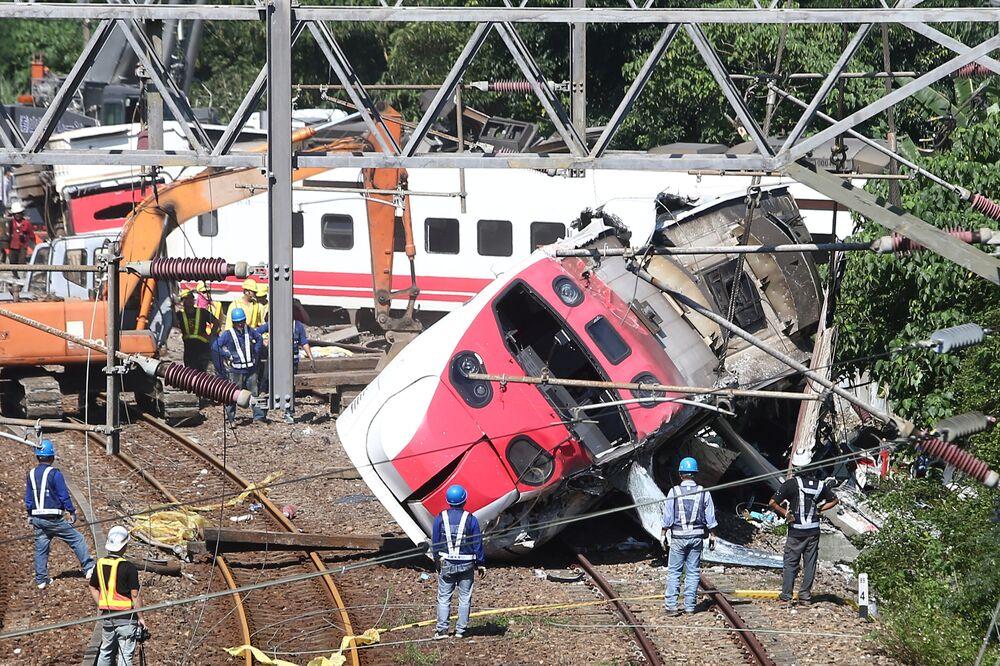 Resgatistas operando no local de descarrilamento de um trem em Taiwan