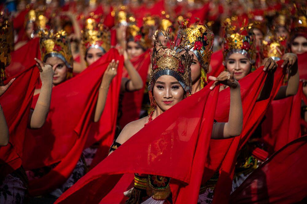 Meninas durante uma dança tradicional de Jawa, na Indonésia