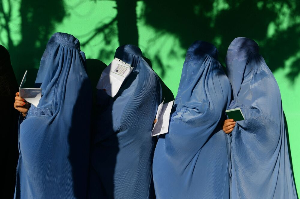 Mulheres esperando na fila para votar em um centro de votação no Afeganistão