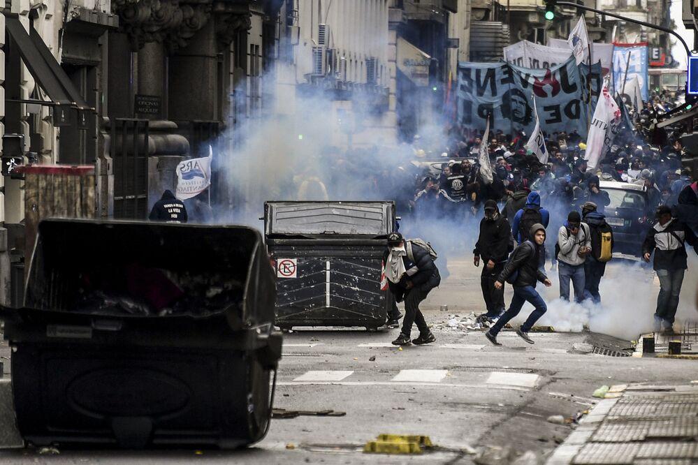 Manifestantes protestam contra medidas de austeridades do governo argentino durante confrontos com a polícia em Buenos Aires