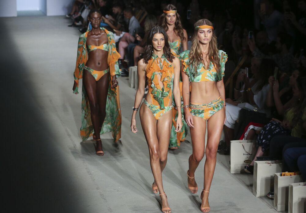 Modelos desfilando durante a apresentação de maiôs no Fashion Week em São Paulo