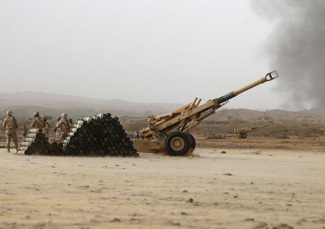 Artilharia saudita dispara contra posições houthis a partir da fronteira com o Iêmen (arquivo)