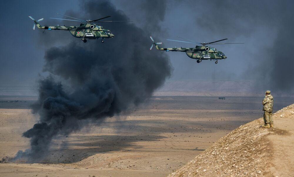 Helicópteros russos Mi-8AMTSh, também conhecidos como Terminator (Exterminador), durante exercícios antiterroristas conjuntos no Tajiquistão