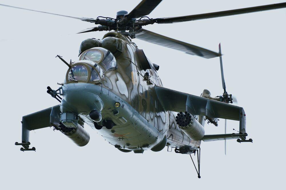 Helicóptero Mi-24 durante as manobras antiterroristas conjuntas dos exércitos da OCX Mirnaya Missiya 2018 (Missão Pacífica 2018)
