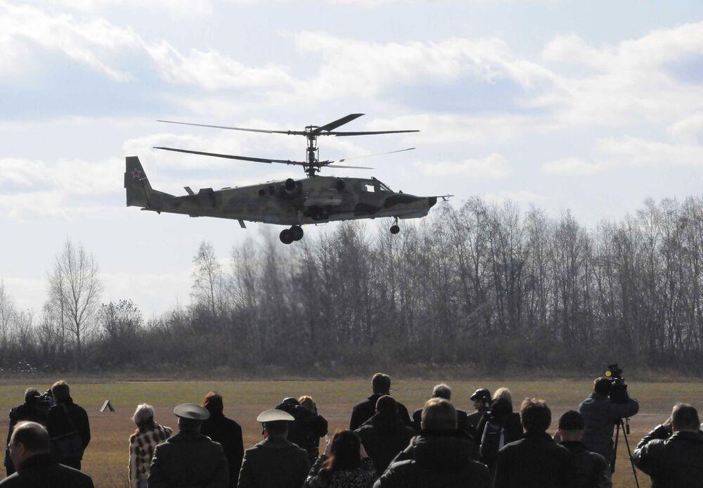 Helicóptero de ataque Ka-50 Tubarão Negro durante um voo de demonstração