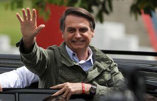 Jair Bolsonaro cumprimenta seus apoiadores ao colocar voto no segundo turno das presidenciais no Brasil, em 28 de outubro de 2018