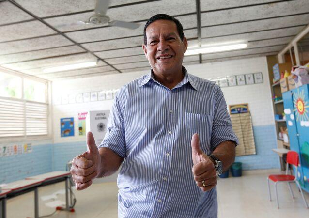 Vice na chapa de Bolsonaro, general Hamilton Mourão, coloca seu voto em Brasília, em 28 de outubro de 2018