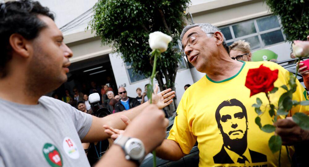 Apoiador de Haddad oferece rosa branca ao eleitor de Bolsonaro, em São Paulo, em 28 de outubro de 2018