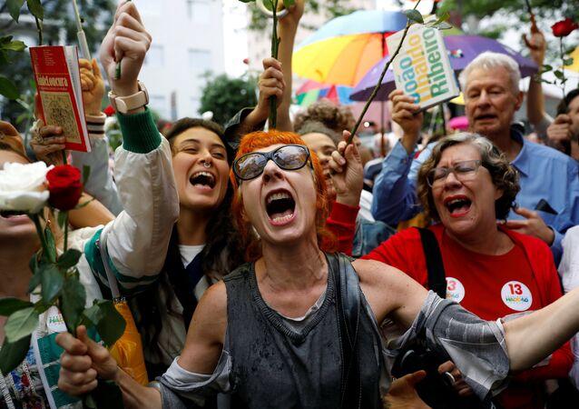 Apoiadores de Haddad aparecem fora do colégio onde o petista colocou seu voto, em São Paulo, em 28 de outubro de 2018