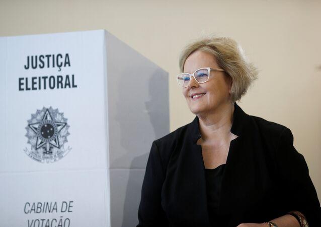 Presidente do TSE, Rosa Weber, coloca seu voto em Brasília, em 28 de outubro de 2018