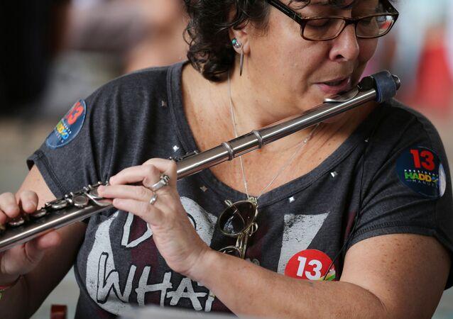 Apoiadora do PT participa de um concerto de rua no dia da eleição, em 28 de outubro de 2018