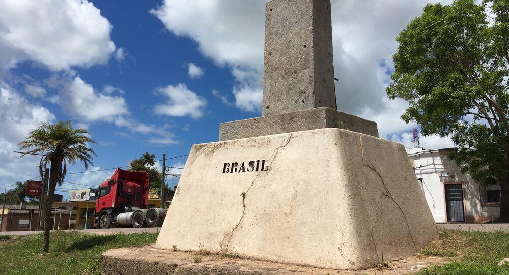Marco da fronteira entre Brasil e Uruguai. Monumento divide Chuí e Chuy.