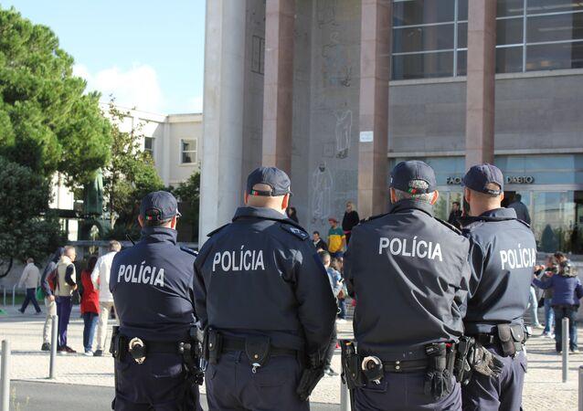 Polícia portuguesa durante o segundo turno das eleições brasileiras em Lisboa, Portugal