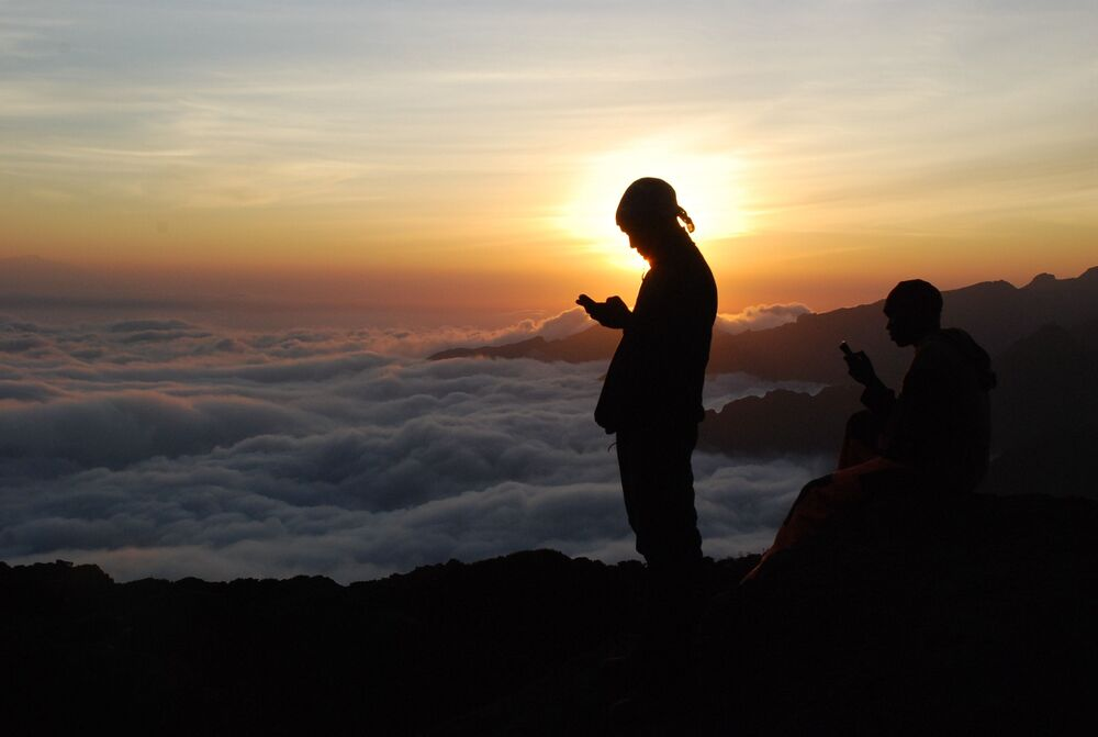 Transportadores tanzanianos e guias no caminho ao cume do Kilimanjaro