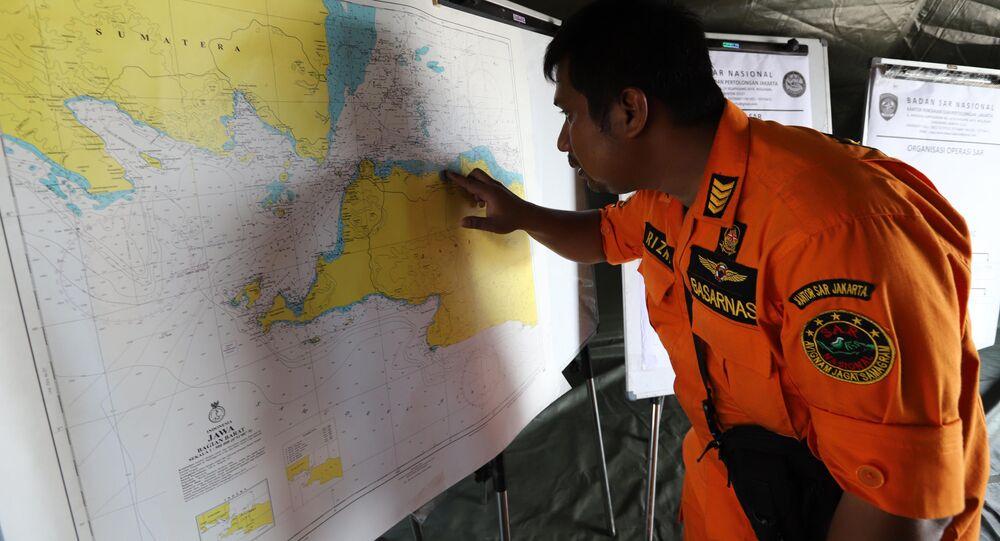 Um membro da equipe de resgate mostra o local da queda do avião do voo JT 610 da companhia aérea Lion Air, Indonésia, 29 de outubro de 2018