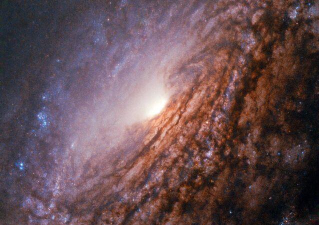Galáxia espiral NGC 5033, localizada a 40 milhões de anos-luz da constelação Canes Venatici (ou Cães de Caça)