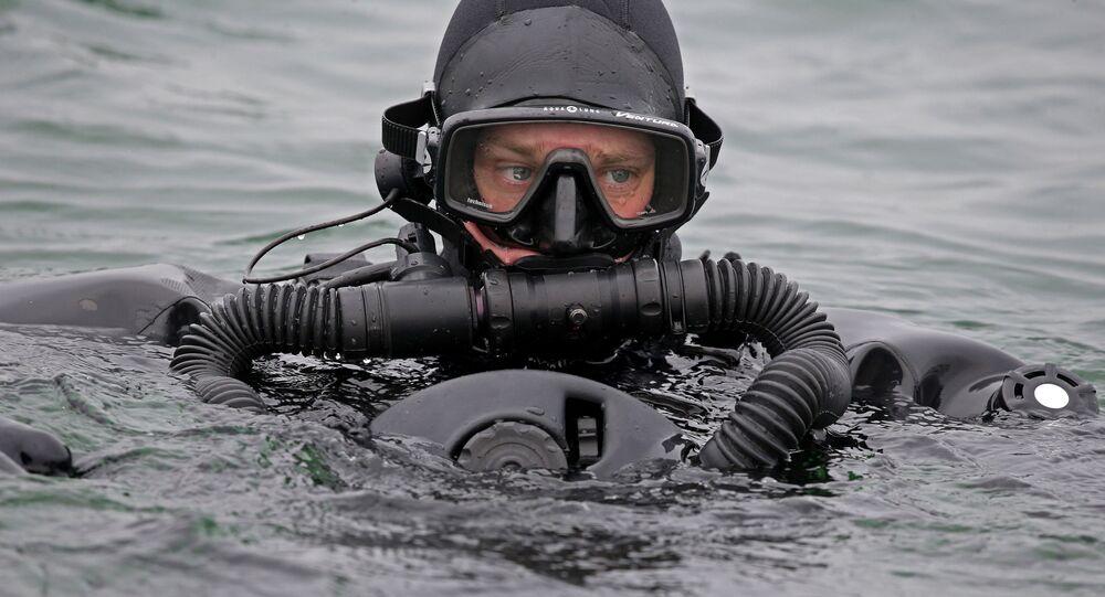 Mergulhador militar russo durante exercícios no mar Báltico