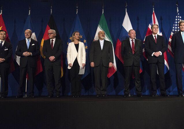 Em junho de 2015, um conjunto de países aprovou, na cidade suíça de Lausanne, o Plano de Ação Conjunto Global (JCPOA, na sigla em inglês), que regula o programa nuclear do Irã