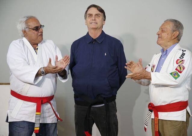 Jair Bolsonaro (PSL) concede entrevista ao recebe homenagem durante evento com lutadores de jiu-jitsu no Rio de Janeiro