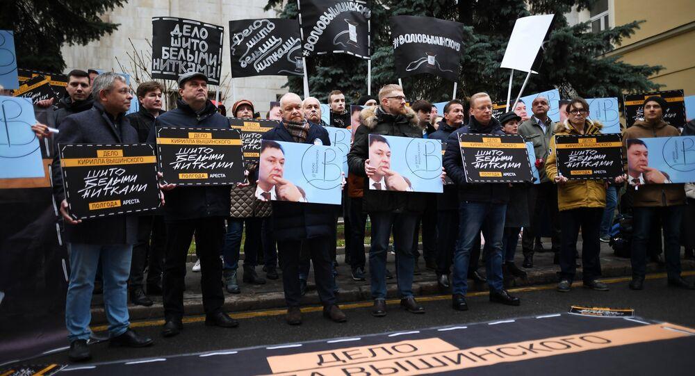 Ato em apoio do jornalista Kirill Vyshinsky perto da embaixada da Ucrânia em Moscou