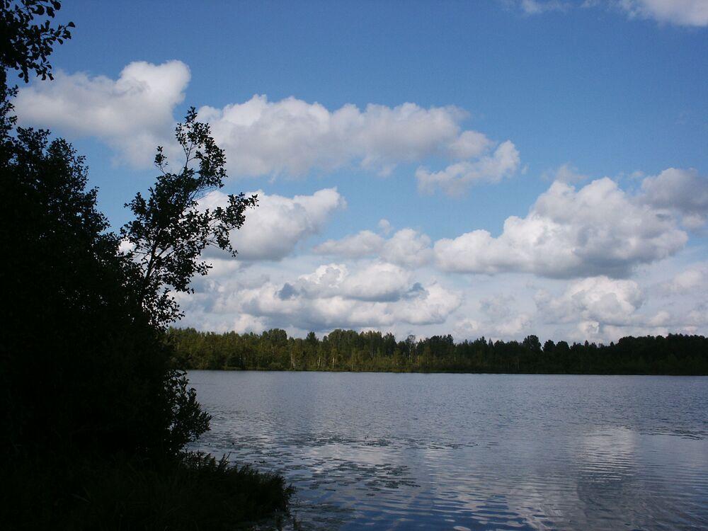 Lago Svetloyar na região de Nizhny Novgorod, que é coberto por lenda sobre uma cidade afundada