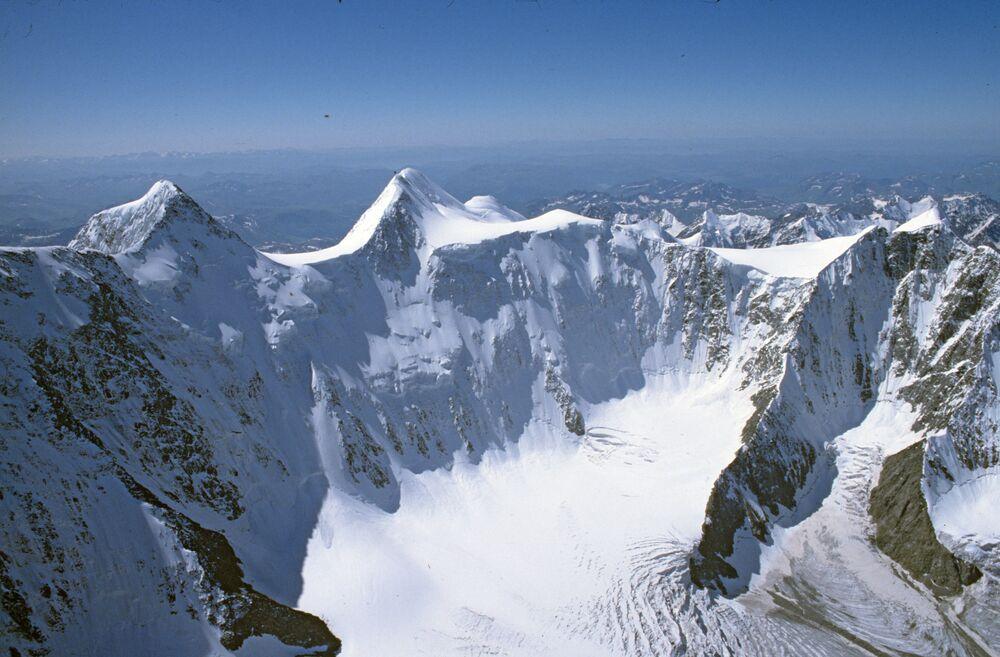 Monte Belukha, dono de 4.506 metros de altitude e 3.343 metros de proeminência topográfica, fica na cordilheira de Altai, no sul da Rússia, perto das fronteiras com a China e Mongólia