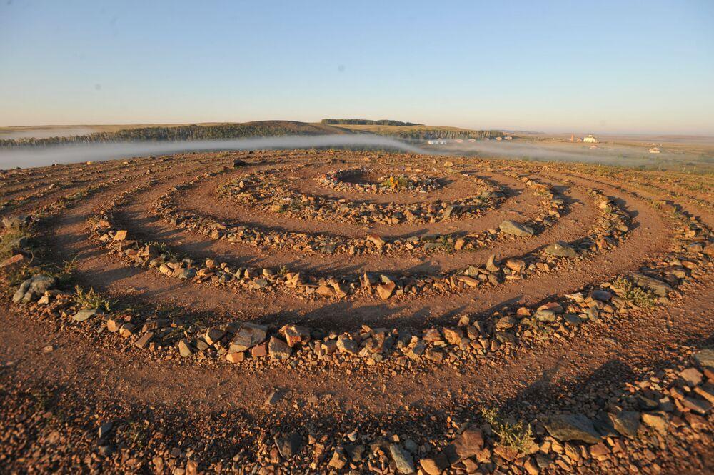 """""""Espiral dos Desejos"""" da montanha Shamanka, no sítio arqueológico localizado nas estepes do Sul dos Urais – Arkaim"""