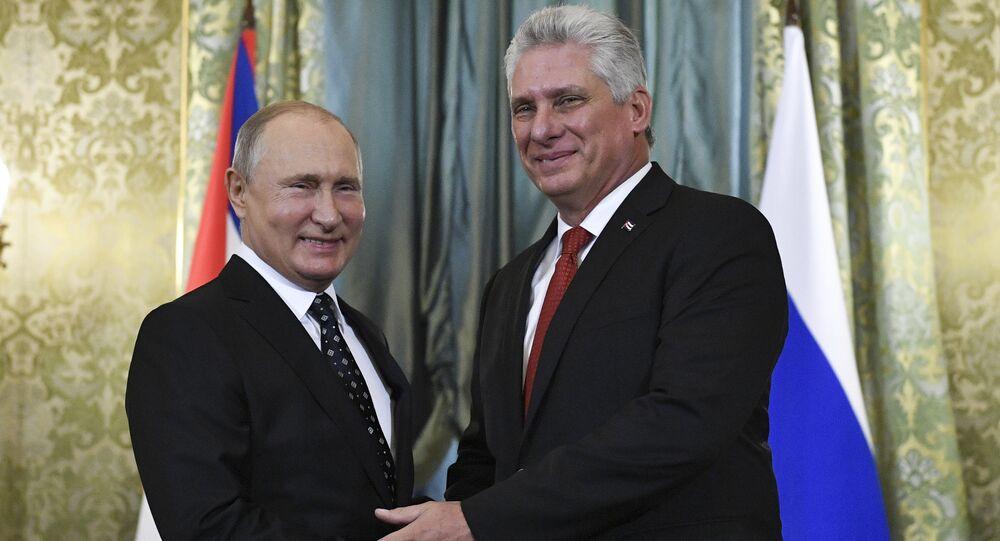 O presidente da Rússia, Vladimir Putin (à esquerda), durante encontro com o presidente de Cuba, Miguel Diaz-Canel Bermudez (à direita) em Moscou.
