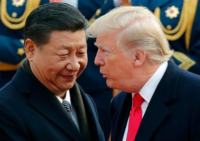 O presidente dos EUA, Donald Trump, conversa com o presidente chinês, Xi Jinping, durante uma cerimônia de boas-vindas no Grande Salão do Povo em Pequim.