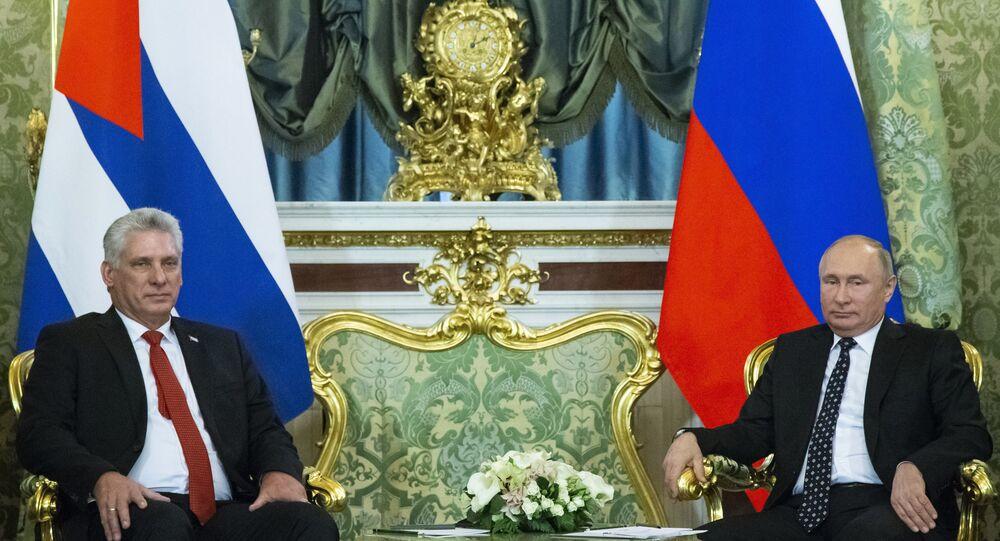 O presidente de Cuba, Miguel Diaz-Canel (à esquerda) e o presidente da Rússia, Vladimir Putin (à direita), durante encontro em Moscou.