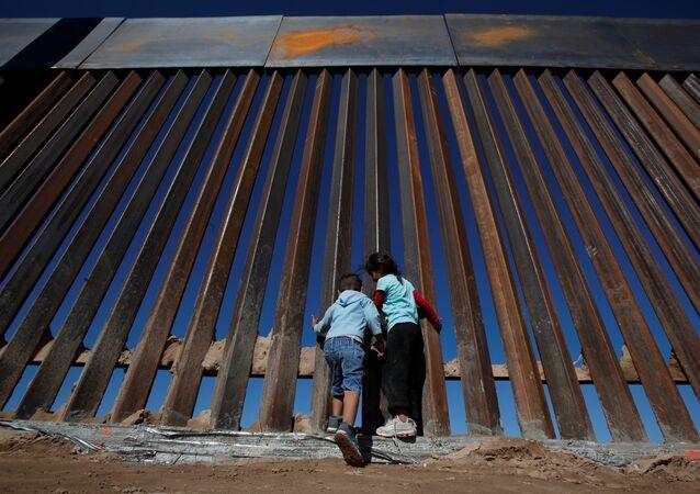 Crianças na cidade de Sunland Park, na divisa entre México e Estados Unidos.