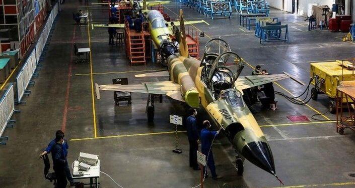 Irã lança produção em série do caça Kowsar