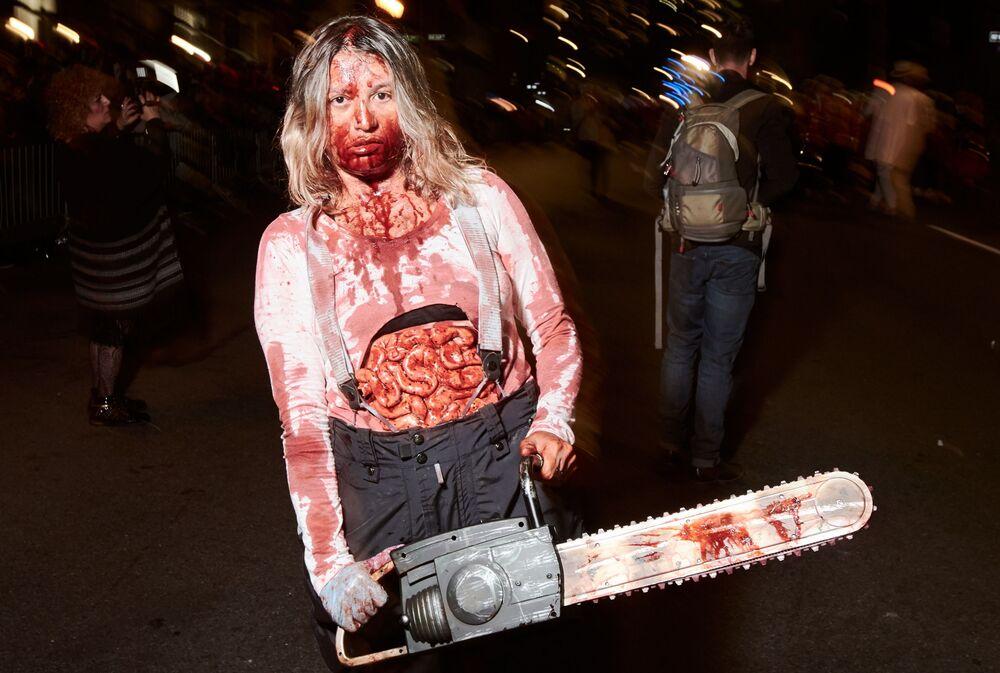 Participante do desfile anual de Halloween de Nova York, nos Estados Unidos, em 31 de outubro de 2018