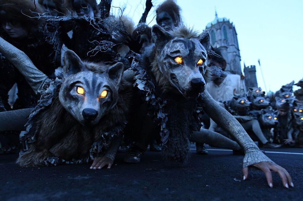 Membros da Macnas, grupo de performance de rua, durante parada de Halloween em Galway, Irlanda, em 28 de outubro de 2018
