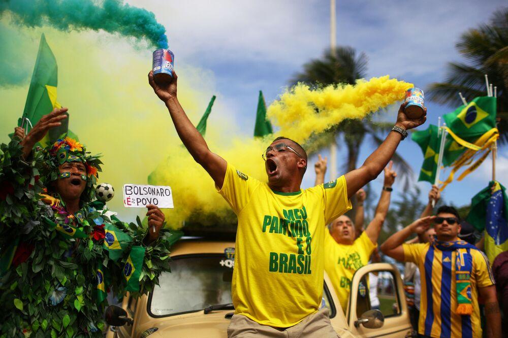 Partidários de Jair Bolsonaro, presidente eleito do Partido Social Liberal (PSL), comemoram durante segundo turno das eleições, no Rio de Janeiro, Brasil, em 28 de outubro de 2018