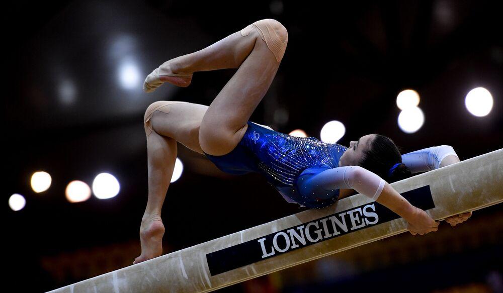 Ginasta russa, Irina Alekseeva, realiza exercícios em trave de equilíbrio na final do Mundial de Ginástica, em Doha no Qatar