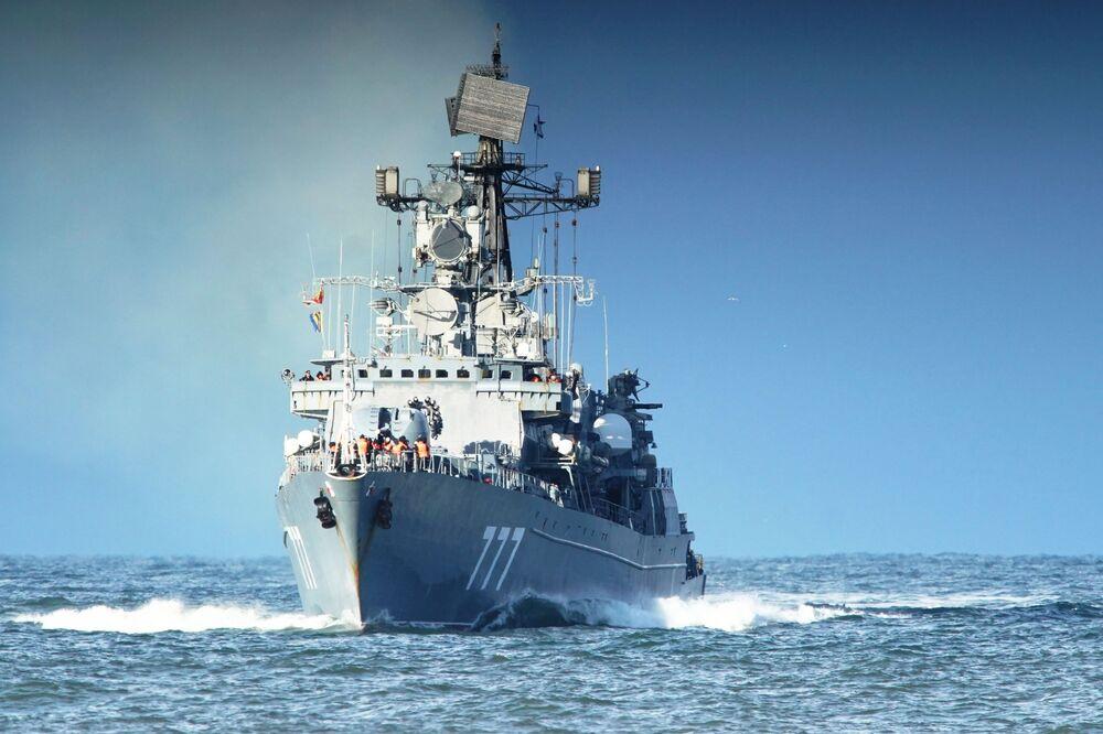 Navio de patrulha russo Yaroslav, retorna depois de executar exercícios de combate no mar Mediterrâneo