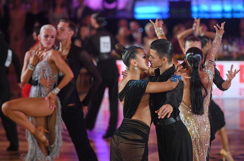 Dançarinos ucranianos se apresentam no campeonato latino-americano de dança de salão